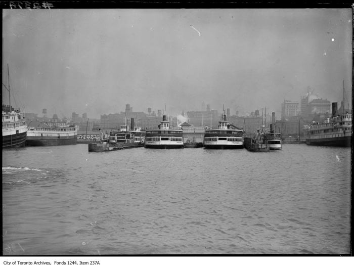 Ferry docks. - [between 1912 and 1914]